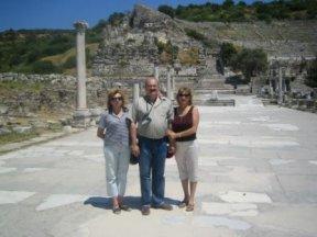 С сестрами Шафигой и Наилей, Эфес, мраморная античная дорога