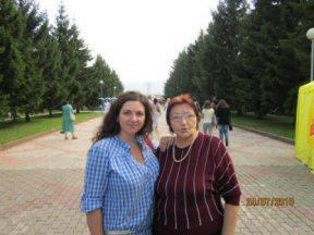 Мать Ахадова и его старшая дочь