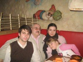 Папа Эльдар с родными любимыми детьми в кафе