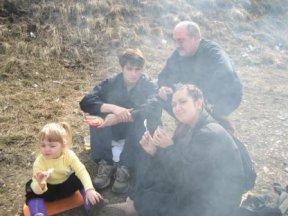 Папа Эльдар и его дети - на природе у костра