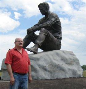 Памятник В.М.Шукшину на горе Пикет в деревне Сростки